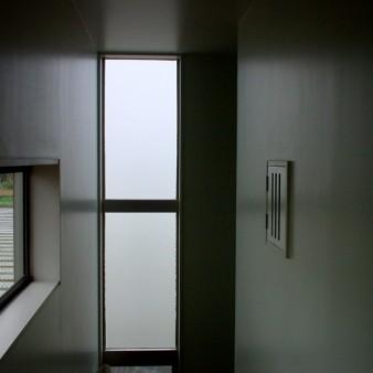 7:階段室 2階ホールより横長の窓と縦長の窓を見る。 右手に見える小窓はトイレの通気窓