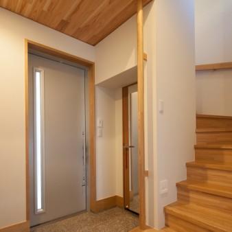 4:玄関 玄関には階段下を利用したSICやさりげなく手すりを設えてある。