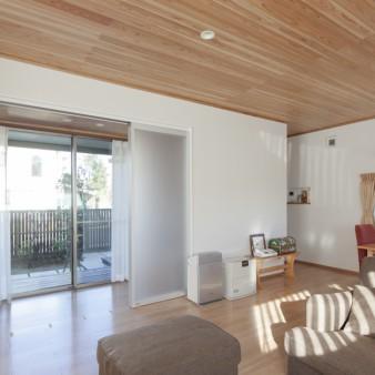 5:居間 左手の建具を開け放つと廊下を介し中庭と居間が一体に繋がる。