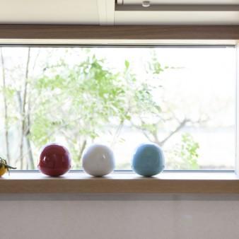 9、台所:台所の窓からは常緑樹の表情が生活を彩る。