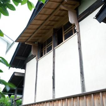 4:外壁 開口部廻りの造作は、反対側にある既存の開口部と同じディテール。
