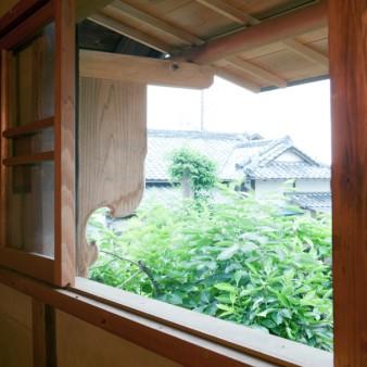8:開口部 建具は杉材で製作し、レールは真鍮製の甲丸レール。