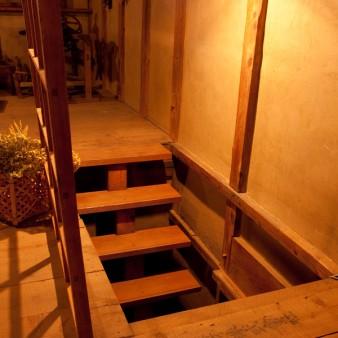 10:内観 力桁と45㎜の段板の最小限の部材で構成された、階段を見下ろす。