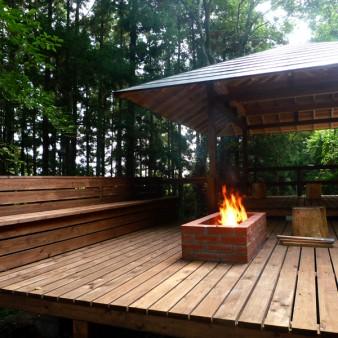 4:外観 親しい人との食事の場。デッキやベンチには耐久性を考慮して桧材を使用している。