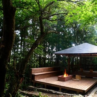 5:外観 桜、梅、栗、杉、モミジなどの木々が空間を豊かにしている。