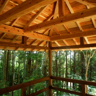 10:屋根架構 無駄なく最小限の材料で組み上げると共に、違和感のある構造金物は露出していない。