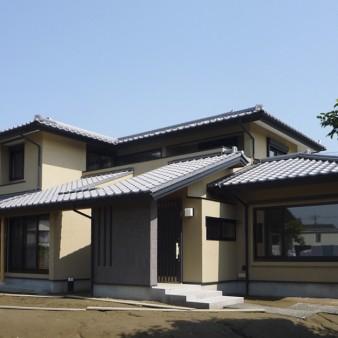 1:外観 ゆったりした敷地におおらかに建っている。雨露から建物を守る為、軒を出す事により彫りの深い表情をしている。