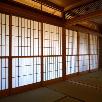 9:和室 障子を閉めた状態の和室西面。ガラスの欄間からは広縁の天井が見え、光が反射し和室に伝わる。
