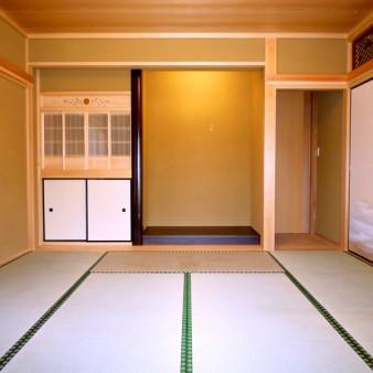 10:和室 床の間、仏壇を見る。床柱は本鉄刃木の甲丸。地板はタモ無垢板に「時代仕上」を施してある。