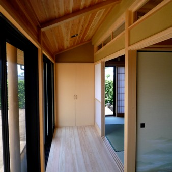 12:広緑 広縁前の軒の出は1200㎜。床は桧の無垢フローリング。天井は杉の無垢板。
