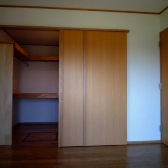 13:主寝室 主寝室の納戸を見る。戸の引き手はタモ材を押し縁のように付けてるだけ。床はタモの無垢フローリング。