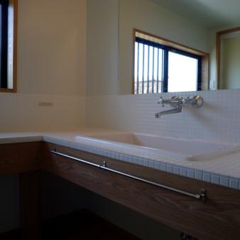 15:洗面所 洗面台は陶器製のシンクと25㎜のタイルの組み合わせ