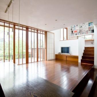 8:居間 網戸を閉めた状態の居間を見る。廊下と居間は400㎜のレベル差がある。 居間より上にアトリエ、下に玄関へと続く。