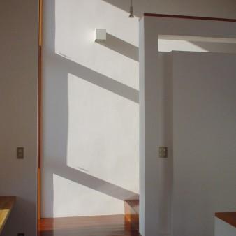 15:アトリエ アトリエから2階へ続く階段室を見る。 開口部からの光が、漆喰の壁に表情を与える。