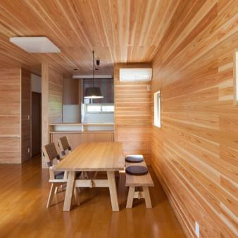 6:居間、食堂 壁と天井は無垢の杉板。