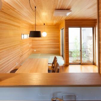 9:台所 中庭を中心に部屋が配置されているのが分かる。正面にはダイニングや小間そして中庭が眺められ、右側は洗面所へと続く。
