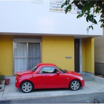 1:外観 住宅密集地に建つ小さな家。