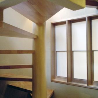 2:階段 螺旋階段をテラスからの柔らかな光が照らす。