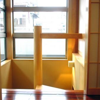 4:階段 洞穴の様な玄関を抜け、階段を昇ると視線が抜ける。
