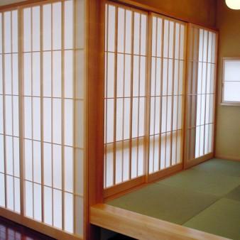 7:食堂 食堂より小間、階段室を見る。 壁ではなく障子で緩やかに空間を仕切っている。