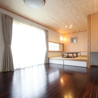 5:居間 居間から小間を見る。 玄関との連続性を持たす為に仕上げは同じとしながらも、居間には床暖房を施している。 空間にメリハリを付ける為にも、居間の天井高さは玄関より350㎜高い2550㎜。