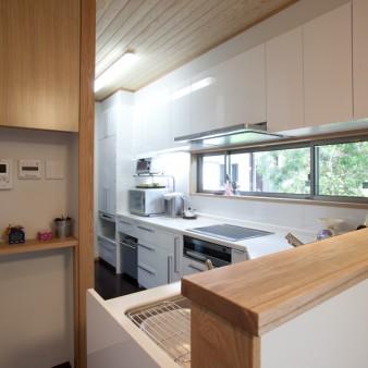 7:台所 生活と家事に必要な機能、そして動線の要となるコクピットのような台所。