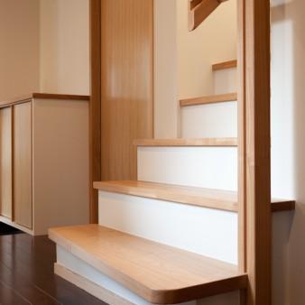 10:階段 階段の1段目は、厚さ45㎜のタモの無垢板とし緩やかな角度を付けている。 70㎜×70㎜のタモ無垢材の独立手摺り柱には指先が掛かるように15㎜の溝加工を施してあり連続した階段手摺りに持ち替える事が出来る。