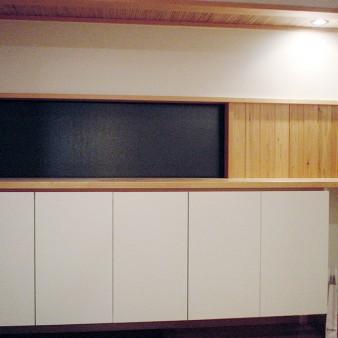 玄関収納 水平ラインを強調した床から浮かぶ玄関収納。 扉は壁と同じ塗装仕上。