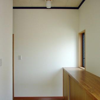 玄関収納 長さ3500㎜のカウンターが、歩行補助にもなる玄関収納 靴の収納は当然だが、古紙・ペットボトル・灯油タンクなども収納できる。