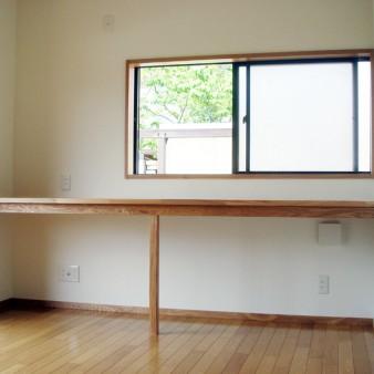 個室机 自分でアレンジしやすい様に最小限の部材で造った机。 勿論、PC環境は整備してある。