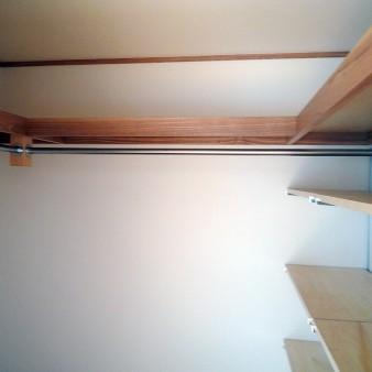 納戸 収納物に合わせて、枕棚・パイプ・可動棚と組み合わせている。